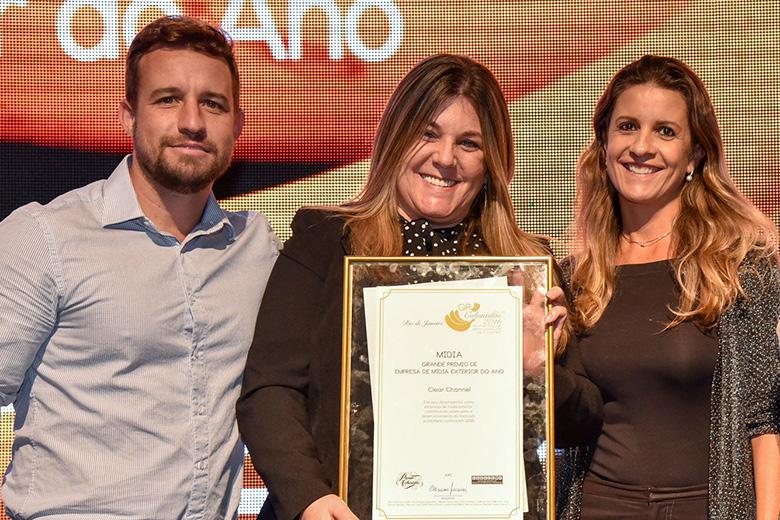 Jane Chamarelli e equipe da Clear Channel comemoram ser a Empresa de Mídia Exterior do Ano.