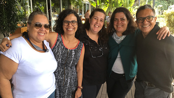 Jussara Barbosa, da WMcCann, Ana Lopes, da Hiperzoom, Luciana Daltro, Myrna Louro, da Perceptiva, e Antonio Jorge Pinheiro, da Midia 1, confraternizando.