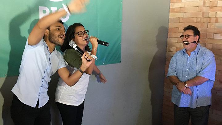 Regis Rabelo e Mariana Garcia, da WMcCann, fazem dueto na festa do SBT Rio.