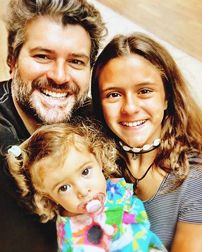 Álvaro Rodrigues com suas filhas Manuella e Antonia.